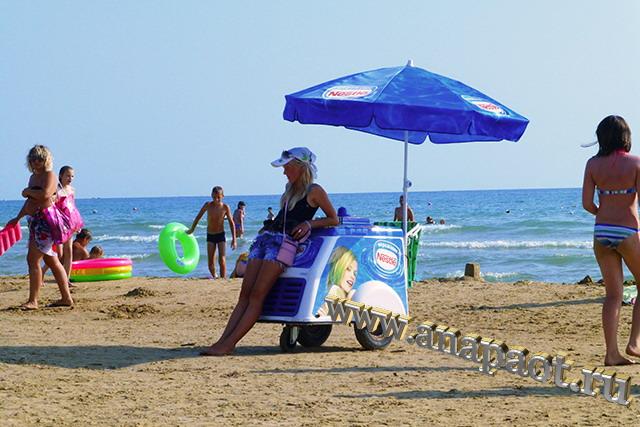 Пляж Демете на пляже продают мороженое
